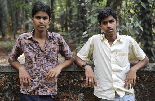 Фото близнецов один из которых курит