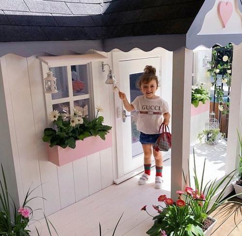 3-летняя девочка хвастается игровым домиком стоимостью
