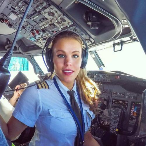 Девушка-пилот путешествует по миру и демонстрирует позы из йоги