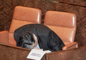 Уснувшие и зевающе политики, которым покой только снится