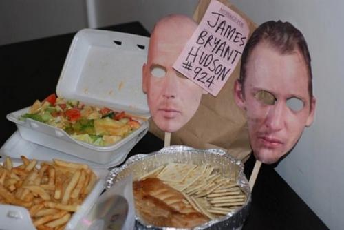 Доставка еды в камеру смертников Компания «Последний обед» из Торонто доставляет последний обед (уж простите за повтор) заключенному, приговоренному к казни. В комплекте идет DVD-диск и бумажная маска заключенного. Жутковато, да?
