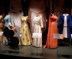 В Виндзорском замке показали платья королевы за 90 лет