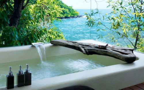Лежачие экскурсии: девять лучших ванн планеты