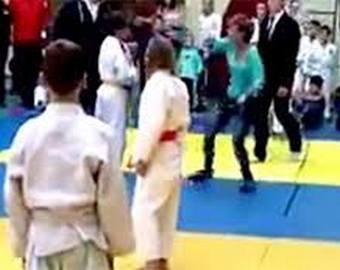 Мать избила своего ребенка и судью на турнире по дзюдо