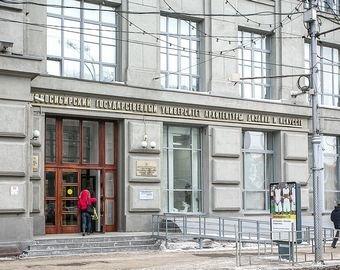 В сибирском вузе из-за визита делегации РПЦ прикрыли обнаженные статуи
