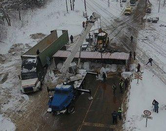 Поезд снес фуру, которая едва не влетела в снимавших аварию очевидцев