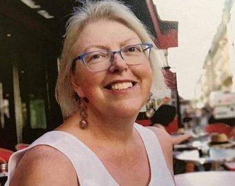 Директора британской школы похоронили в гробу, украшенном рисунками ее учеников