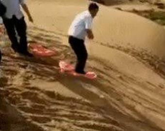 Мэр прославился в Сети, решившись «обкатать» песчаную гору