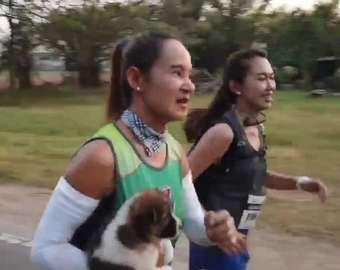 Участница марафона пробежала 30 километров со щенком на руках