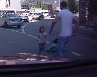 Автоледи не заметила, как из машины выпал ребенок