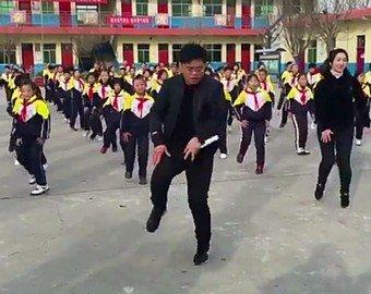 Директор школы танцует с учениками на всех переменах