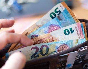Женщина нашла возле супермаркета кошелек с 35 000 евро и отнесла его на кассу