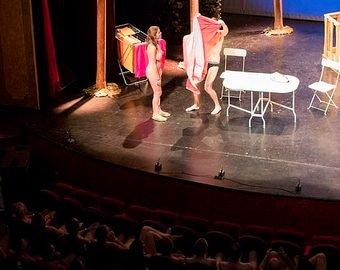 Театралов заставили раздеться перед спектаклем