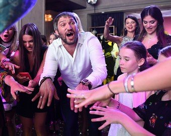 Александр Овечкин развеселил поклонников забавным танцем с племянницей жены