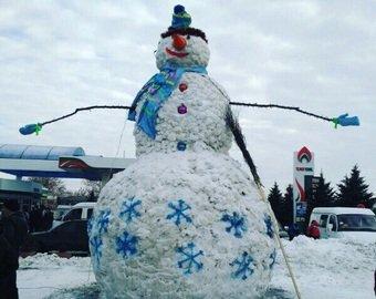 В Тверской области слепили гигантского снеговика