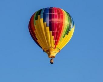 Мужчина станцевал на шесте, подвешенному к летящему воздушному шару