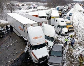 Около 50 машин столкнулись в США из-за снегопада