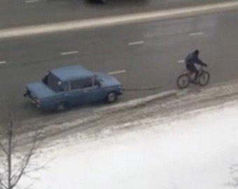 В соцсетях набирает популярность видео с велосипедистом, взявшим на буксир автомобиль