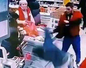 Сотрудник сетевого супермаркета отправил покупателя в нокаут