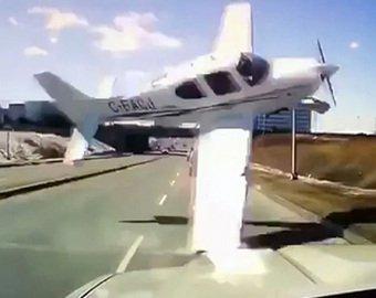 Падающий самолет едва не протаранил машину на шоссе