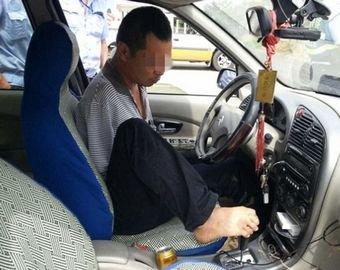 Водителя, управлявшего машиной с помощью ноги, оштрафовали