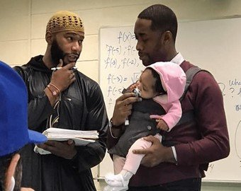 Профессор провел лекцию с ребенком на руках