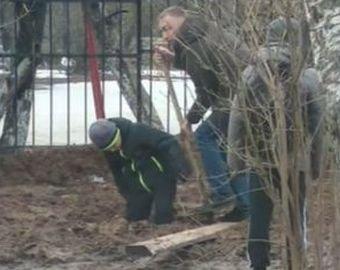 Ребенка засосало в грязь по пути из школы