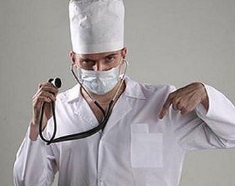 Врач «скорой» проверил состояние пациента ногой