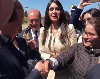 Берлускони пошутил над сильным рукопожатием журналистки