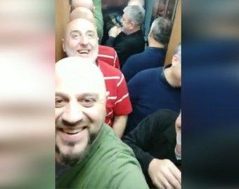 Грузины застряли в лифте и стали героями Сети