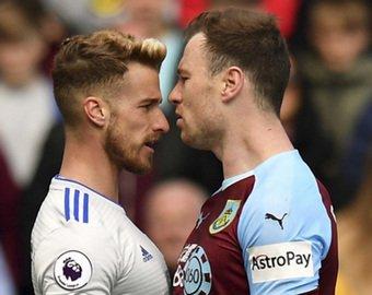 Футболист получил желтую карточку за поцелуй соперника