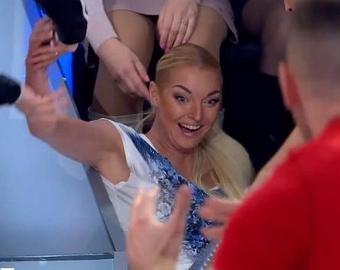 Анастасия Волочкова упала в прямом эфире во время приседаний