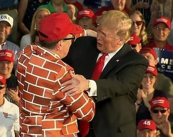 Американец нарядился стеной и вышел на трибуну к Трампу