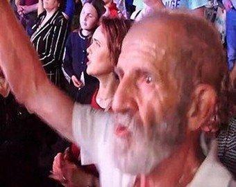 """Пенсионер """"зажег"""" на концерте Александра Буйнова"""
