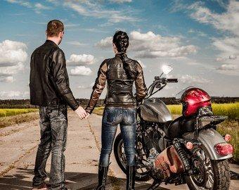 Байкер сделал предложение девушке на мчащемся мотоцикле