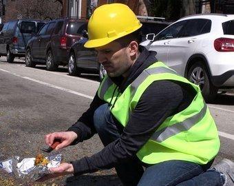 Блогер «отремонтировал» ямы на дорогах маринованными овощами
