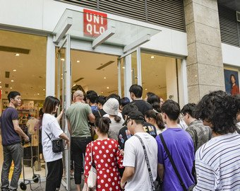 Покупатели подрались из-за одежды и рассмешили пользователей сети