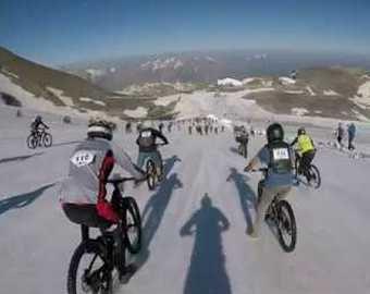 Сотни спортсменов свалились с велосипедов, скатившись с «Адской горы»