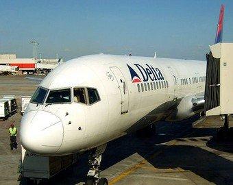 Пассажир снял на видео разрушающийся во время полета двигатель самолета