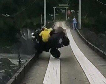 Водитель чудом выжил, свалившись с квадроцикла в Катунь