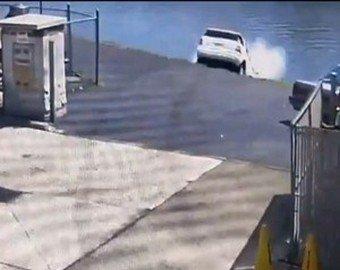Женщина перепутала педали и утопила свой автомобиль в реке