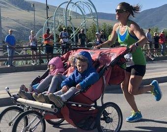 Женщина пробежала марафон с коляской с тремя детьми