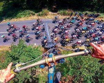 Велосипедист пролетел над головами участников велотура