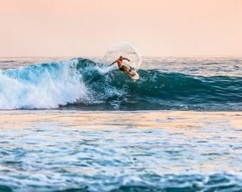 Серфер подпрыгнул на волне и cвалился в пасть к акуле