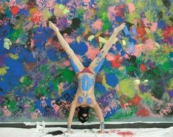 Художник нарисовал картину в центре Казани женской грудью