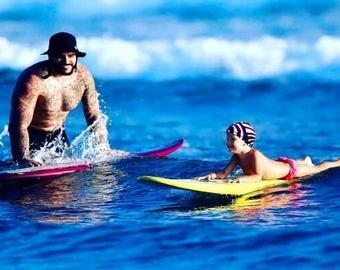 Тимати прокатился на доске для серфинга вместе с дочерью