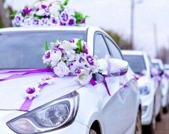 В Астрахани из окна машины свадебного кортежа выбросили пачку денег