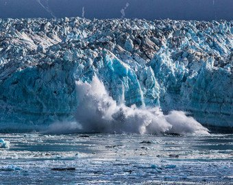 Экстремалы едва не погибли под растаявшим ледником на Аляске