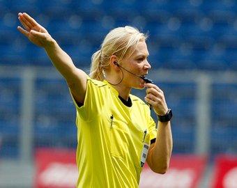 Арбитр показала футболисту желтую карточку, а потом сделала с ним селфи