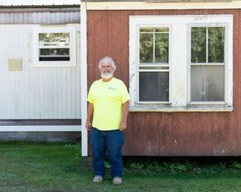 Новоиспеченный миллионер продолжает жить в трейлере и работать трактористом